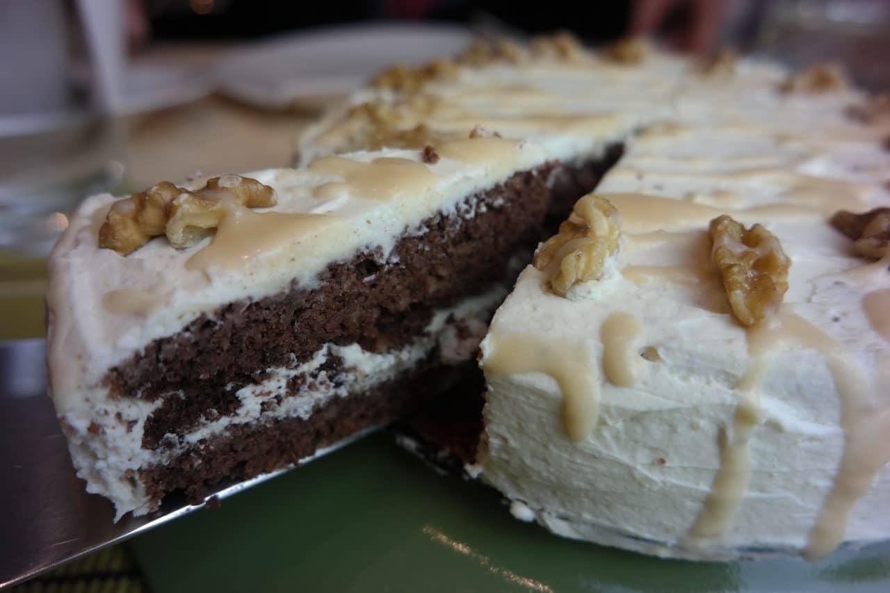 Schokolade Walnuss Torte Mit Milchcremefrosting Und Caramel Sauce
